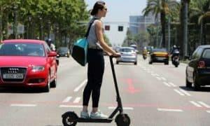 mujer con un patinete eléctrico