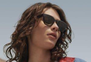 chica con gafas de sol puestas