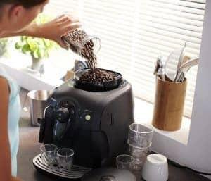 llenar el depósito de café de una cafetera con molinillo