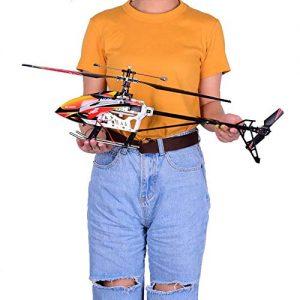 persona con un helicóptero teledirigido
