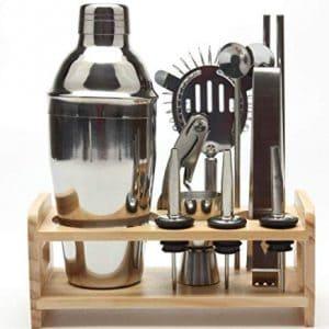 coctelera y soporte de madera