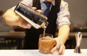 camarero sirviendo un coctel