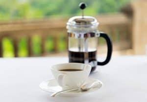 cafetera de pistón y taza de café