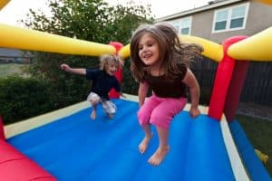 niños jugando en un castillo hinchable
