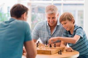 personas jugando al ajedrez