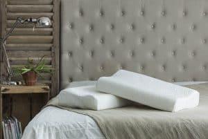 dos almohadas con memoria de forma sobre la cama