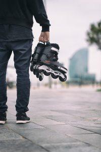 hombre con patines en la mano