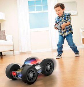 niño jugando con un coche teledirigido