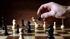 persona ganando al ajedrez