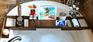 bandeja de bañera con objetos