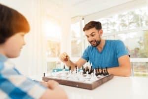jóvenes jugando al ajedrez