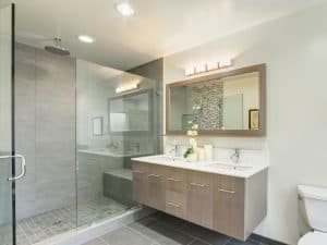 baño moderno con un extractor de baño