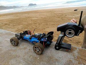 coche teledirigido y control en la playa