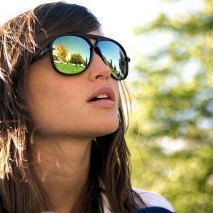 chica joven con gafas de sol