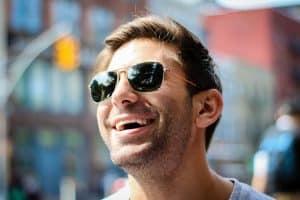 chico con gafas de sol