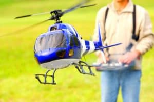 persona volando un helicóptero teledirigido