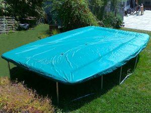 cama elástica protegida con una lona