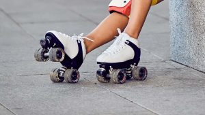 mujer con patines quad