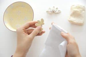 persona limpiando pendientes para mujer
