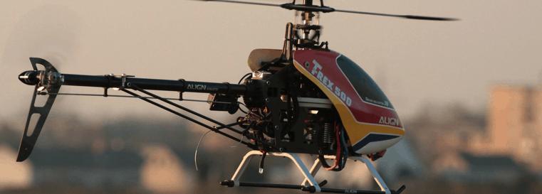 helicóptero teledirigido volando