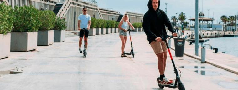 personas con patinetes eléctricos