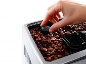 granos de café en una cafetera con molinillo