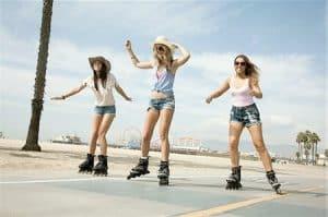 chicas patinando con patines en línea