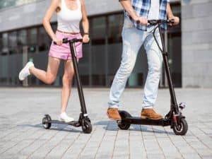 jóvenes con patinetes eléctricos