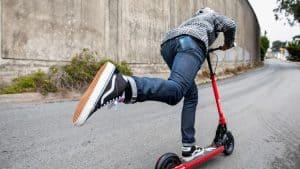 persona corriendo con un patinete eléctrico