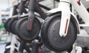 ruedas de varios patinetes eléctricos