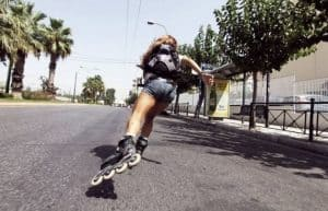mujer patinando con patines en línea
