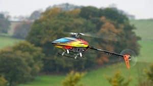 helicóptero teledirigido pequeño volando
