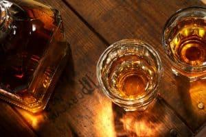 botella y vasos de whisky desde arriba