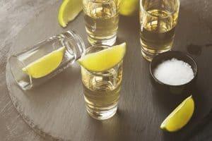 chupitos de tequila con limón y sal