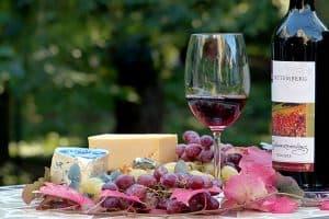 copa de vino tinto y comida