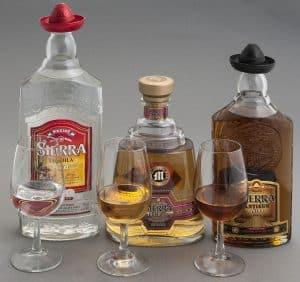 botellas y vasos de tequila