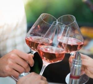brindis con vino rosado