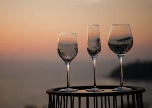 copas de vino con un paisaje