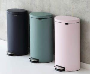 varios cubos de basura