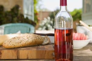 botella de vino rosado