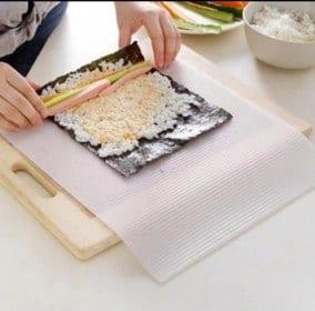 mujer haciendo sushi