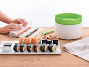 mujer haciendo sushi con un kit de sushi