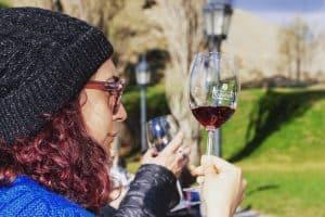 persona mirando una copa de vino