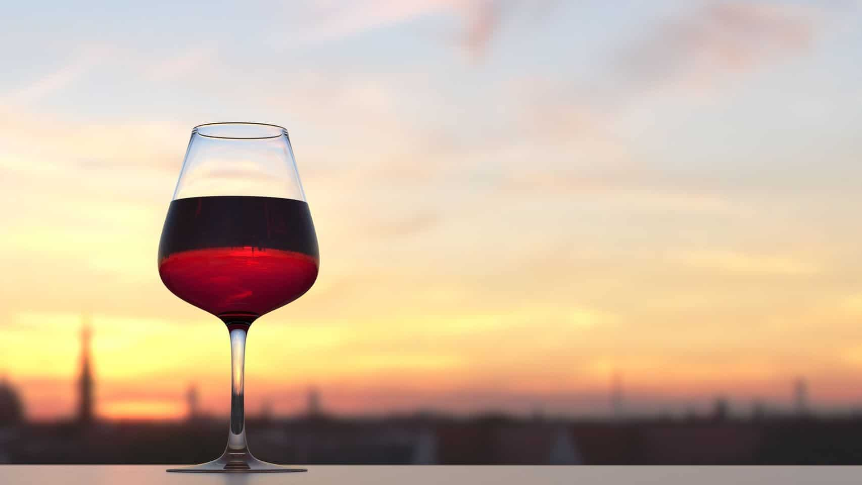 copa de vino con un paisaje
