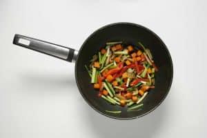 sartén para saltear con verduras