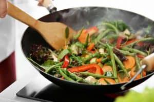sartén para saltear al fuego con verduras
