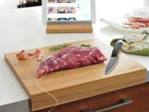 tabla de cortar con carne encima