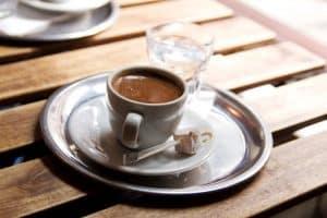 taza de café en una bandeja