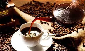 café servido en una taza de café