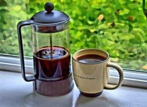 taza de café y cafetera de émbolo